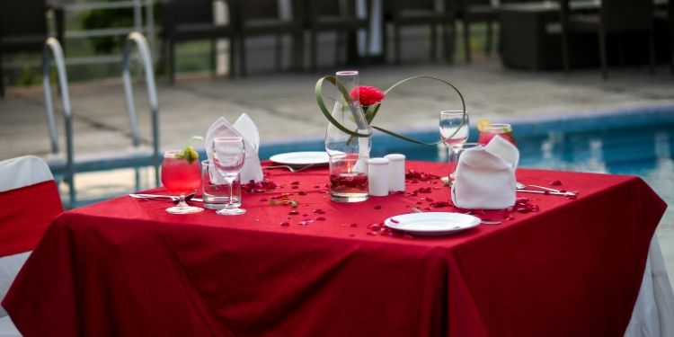 You would get amazed by this unique setup. A rose in the middle of the table would even attract you towards those magical words