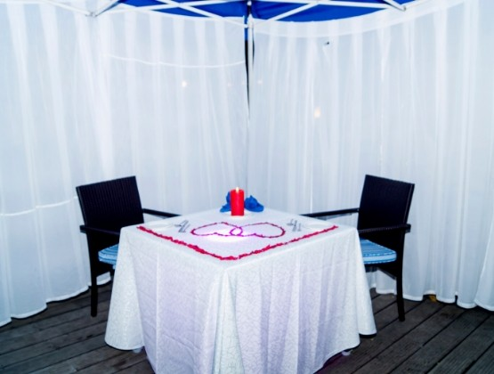 The table will be decorated in the most mesmerizing way with all the romantic